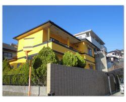 JR長与駅近くの黄色が特徴な家