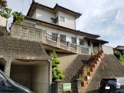 昭和感漂う、桜並木近くの家